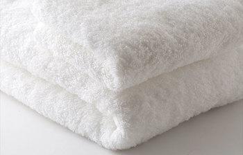 今や上質なタオルの代名詞となった、今治タオル。中川政七商店が自信を持って販売するのは、まるで粉雪のようにふわりと柔らかいタオルです。見た目のボリューム感は、空気をたっぷり含んでいる証。  持ち上げると、その軽さに驚くはずです。肌にそっとあてるだけで、スッと水を拭きとってくれる吸水力を体感してみて。
