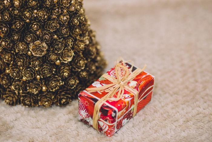 プレゼントをてんこ盛りに飾らず、シンプルに飾るのも素敵。大人だけのクリスマスにどうぞ。