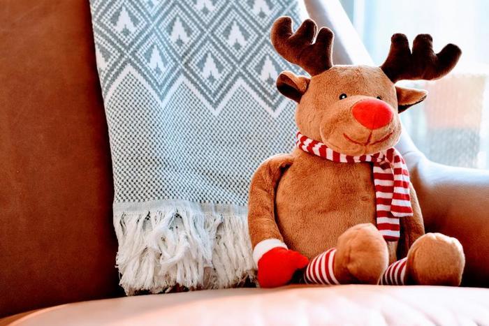 ツリーの下に飾るのはプレゼントだけではありません。お気に入りのぬいぐるみやオブジェも一緒に置いて楽しんでみましょう。