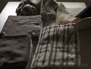 落ち着いたアースカラーにTwiggyの柄が大人っぽい、SCOPEのハウスタオル。デイリーユースにこだわって作られたタオルは、フワフワすぎず厚すぎません。しかし、吸水性も高く乾きやすい上、耐久性もあり長く使えます。小枝柄のテキスタイルも飽きにくく、まさに毎日使いたくなるタオルです。