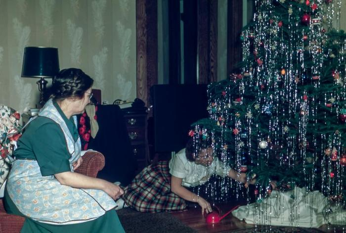 クリスマス当日よりも先に、プレゼントはツリーの下においておくととっても楽しい!何が入っているのかなー、とこどもも大人もワクワクします。クローゼットに隠しておくよりは、ツリーの下に飾ってみるのもワクワク感が増すのではないでしょうか?ただし、絶対、当日まで開けちゃダメですよ♪