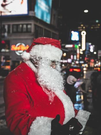 アメリカの子供たちは、クリスマスが来る前にサンタクロースへどんなプレゼントが欲しいのかをちゃんと伝えます。子供がサンタクロースからプレゼントをもらうには、3通りの方法があり、1つ目は、クリスマス前にサンタさんに直接あってお願いすることです。(アメリカでは毎年ショッピングモールにサンタクロースがやって来て、写真を撮ったり、プレゼントのお願いをすることができます)