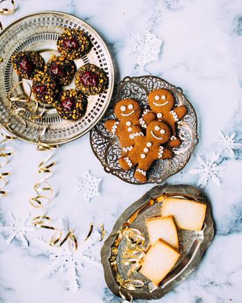 25日の朝になると、クリスマスツリーの周りに家族で集まり、1つ1つプレゼントを開けてみんなで贈られたプレゼントを楽しみます。サンタクロースへのお礼にはクッキーとミルクをテーブルの上に置いておくそうですよ。