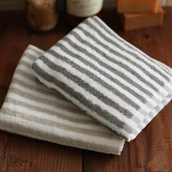 コットンの柔らかさを最大限に生かした、NOUVELLE BONHEURのタオル。リッチ感のあるボーダー柄は、まるで高級ホテルの一室に置かれているタオルのようです。毛足が長くふんわりと織り上げられているので、肌触りもよく、吸水性もバツグン。ブランドタグがループ状になっているので、さりげなくフックにひっかけて使うのもオシャレですよ。