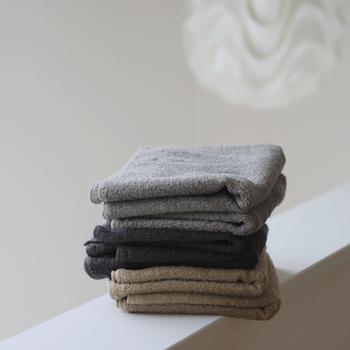 ふわふわとした感触が魅力の、SyuRoのオーガニックタオル。 最高級超長綿スーピマコットンが、心地のよいふわふわ感を持続させてくれます。重ねてもかさばらない上、洗濯物が乾きにくい季節でもあっという間に乾いてくれる薄さが魅力。デイリーに愛用したくなる一品です。