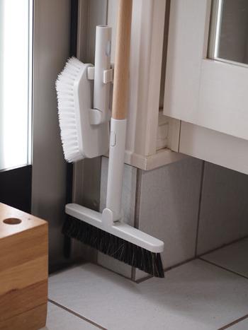 デッキブラシとほうきは柄を共用できるものにして、省スペースに。壁に柄をキャッチできるものをつけて、浮かせる収納にしておけば、汚れが溜まってしまうこともありません。