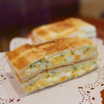 「ナカタニ」の人気名物は、「玉子サンド」。 舞妓さんのおちょぼ口合わせて、小さくカットされた、見目麗しいサンドイッチです。【トーストの「玉子サンド」。】