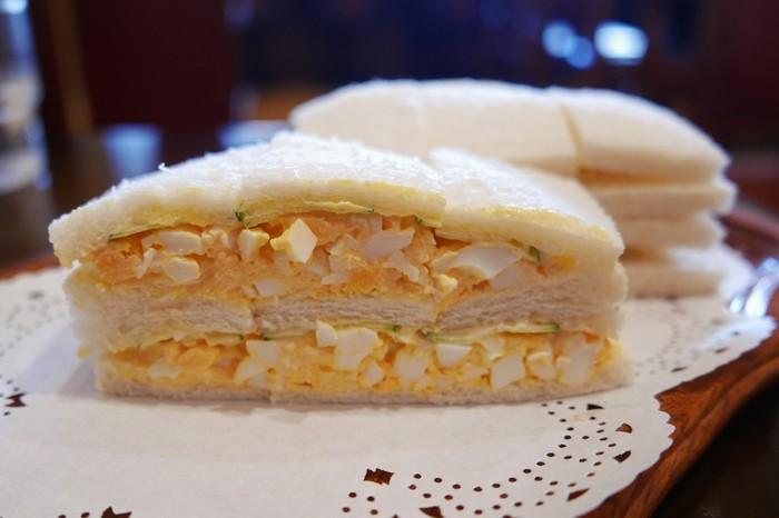 「ナカタニ」の玉子サンドは、京都では珍しい、ゆで卵をマヨネーズ和えた関東風。シンプルながらも、塩やマスタードが絶妙な加減で美味しいと評判です。サンドイッチは、トーストにも変更可。モーニングセットもお値打ちで人気です。