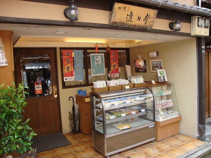 四条通から一本入った路地に佇む「切通し進々堂」。祇園花街で、芸妓や舞妓さんに30年以上愛されてきた老舗の喫茶店です。