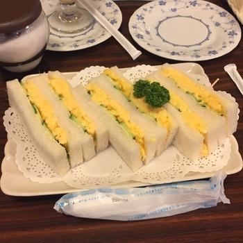 ランチなら、正統派の「玉子サンド」がお勧め。 挟まれた厚焼き玉子は、フルフルと柔らかく、優しい味わい。きゅうりと玉子のバランスもグッド。派手さはなくとも、美味しかったと満足がいく絶品のサンドイッチです。