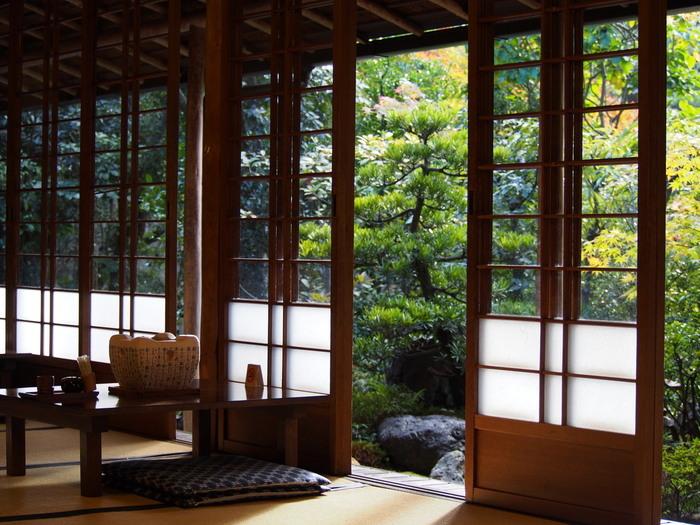 南禅寺総門をくぐり左手に店があります。京都で初めて湯豆腐を出したと云われる湯豆腐発祥のお店です。