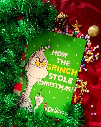 おすすめの映画は「グリンチ」!クリスマスと人間が大嫌いなグリンチが、クリスマスを盗んでしまおうと画策するお話です。 1957年に絵本が発行されてからずっと愛されるお話で、ジム・キャリー主演で実写化もされました。まさにクリスマスにうってつけのお話です!