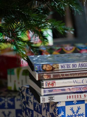 その他、「ラブ・アクチュアリー」や「シザーハンズ」、名作の「クリスマスキャロル」や「素晴らしき哉、人生!」などなど、クリスマスムービーは沢山あります。クリスマス映画だけでなく、お気に入りのハッピーな映画を観るのも◎。 もちろん映画館に最新映画を観に行くのも良いですね!