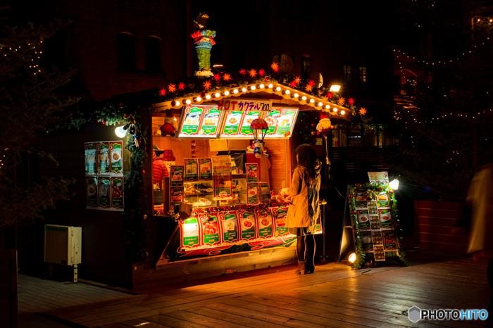 「ヒュッテ」と呼ばれる可愛らしい屋台が軒を連ねる横浜赤レンガ倉庫前では、日本に居ながら本場ドイツのクリスマスマーケットを訪れているかのような気分を味わえます。