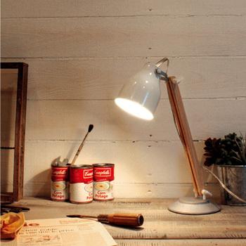 作業中の手元を優しく照らしてくれるライティングも大切。コンパクトなデスクなら、取り付けるタイプのデスクランプもおすすめ。