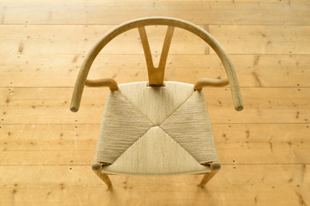 中国の僧侶が使っていた曲ろくというものをヒントに作られたというYチェア。曲ろくというのは、よりかかるところが丸いことが特徴なのだそう。大人気の永遠の定番Yチェアは、中国の椅子をモチーフに作られていたんですね。
