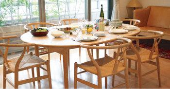 木の椅子であること、柔らかなカーブを持つことが、優しいリビングに。 圧迫感のないあたたかな食卓ですね。