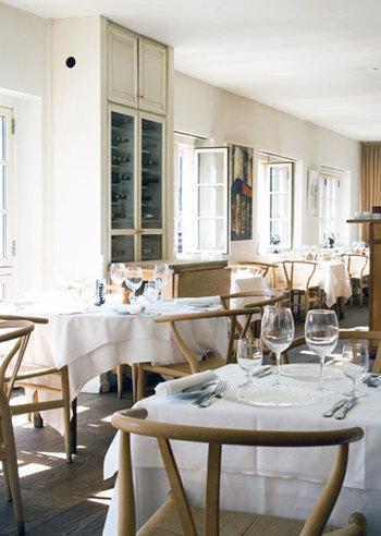 その魅力から、レストランなどでも使われることが多いYチェア。 自然光が似合っています。