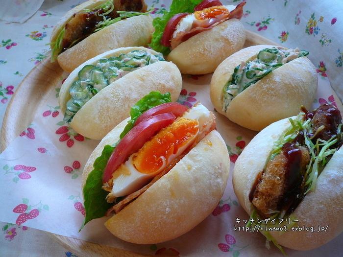 こちらも具材たっぷりの美味しそうなサンドイッチです。半熟の目玉焼きも、こうして挟むと黄身の鮮やかさが食欲をそそり、マヨネーズ和えとはまた違った美味しさが味わえます。