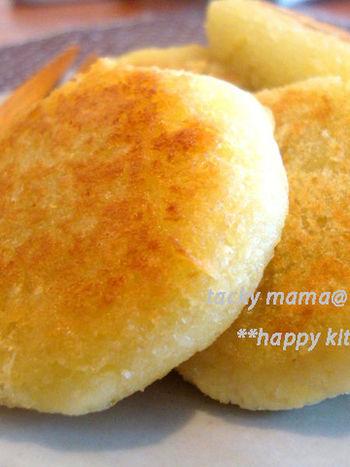 さつまいもを磨りおろして焼くだけの、とってもシンプルなレシピです。サツマイモの甘さだけで十分ですが、おやつとして食べる時には、お好みできな粉やはちみつをプラスしてみて下さいね。