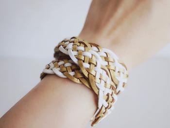 きれいな編み目のレザーコード模様編みブレスレット。白×ゴールドの色合いが上品で素敵です。