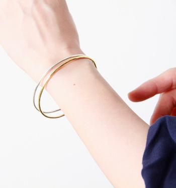 シンプルなゴールドとシルバーのブレスレット。とてもシンプルだけど華奢なラインと表情ある凸凹が、洗練された存在感あるデザインです。