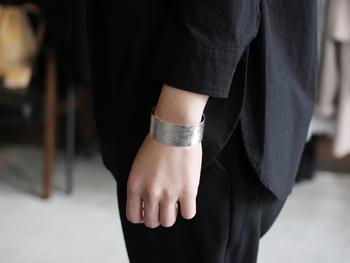 繊細で丁寧に作られた程よいボリュームの趣のあるバングル。スタイリッシュな印象で、手元を華奢に見せてくれます。落ち着いたゴールドもありますよ。