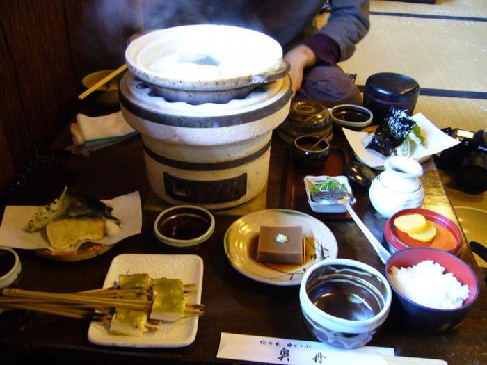 「奥丹」のメニューは「ゆどうふ一通り」のみ。 湯豆腐に、ごま豆腐と木の芽田楽、精進天ぷらとトロロ汁、ご飯と香の物がセットになったコースです。