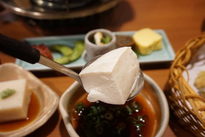 南禅寺へ出掛けるのなら、名物の「湯豆腐」は、やはりお勧め。界隈には、湯豆腐を楽しめる店は数々ありますが、以下の2店は当地を代表する老舗店です。  両店共に、季節の移ろいを感じられる素晴らしい庭園を抱き、南禅寺界隈ならではの風雅な佇まいです。ゆったりと庭の景色や雰囲気を楽しみながら、美味しい湯豆腐が頂けます。【「南禅寺 順正」の『湯どうふ』】
