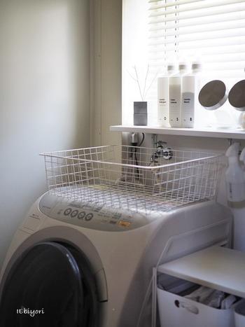 脱衣所やお風呂周りも、洗剤やシャンプー類のストックで散らかりやすい場所ではないでしょうか。使い勝手を考えると出して置きたいけれど、見た目が気になります。