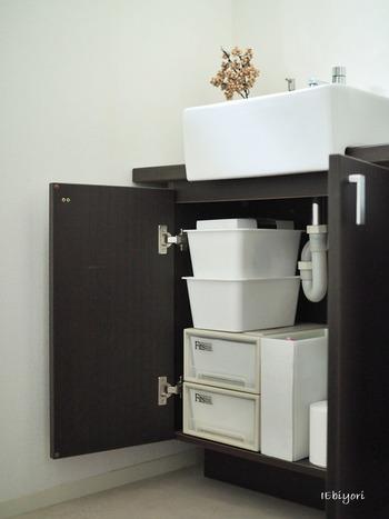 シャンプーやボディソープ、お風呂用洗剤に洗濯洗剤のストック類。今使っていないものは「見せない」収納に。