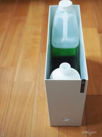 背の高いボトルも書類ボックスですっきり収納。目線より高い位置に置くことで、中身が見えにくくなり統一感が保たれます。ラベルで分かりやすくしましょう。