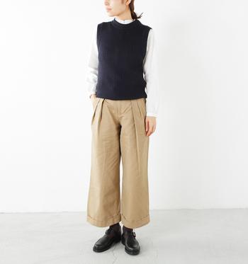 紺色ベストは万人に合う好印象のアイテムです。白シャツと合わせればスッキリと清潔感のある着こなしに。