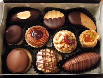 入荷が限定されているので、見つけた時には是非購入したいのが「生クッキー 10個入り」。宝石箱のような見た目だけでなく、口の中で溶けていくような上質な味わいのクッキーは、食べた人の心を虜にします。大切な方への手土産に入手したい一品です。