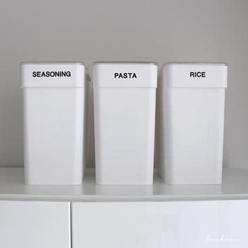 使いかけの乾物やお米、パスタも専用ボックスで収納すれば生活感の出にくいキッチンに。