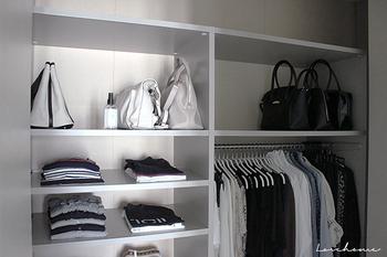 家の中でもごちゃつきがちなクローゼット。洋服や服飾雑貨も乱雑になりがちなアイテムですよね。面倒でも衣替えをし、使うものだけを見せる収納にすることで、必要量や足りない物の把握にもつながります。一度に見渡せるため、コーディネートも楽になるというメリットもあるんですよ。