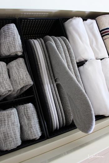 靴下や小物類も見渡しやすく取り出しやすいよう、仕切りをうまく使って収納されています。