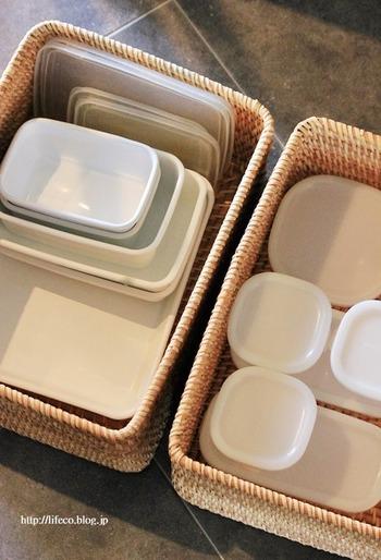 よく使うけれど数がたくさんあり、見せる収納がむずかしいキッチン雑貨の収納に向いています。量が多い場合は、スタッキングできるかごがベスト。