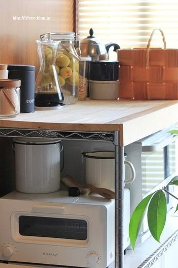 いろいろと並べたくなるキッチンには、よく出し入れするアイテムだけを「見せる収納」にするテクニックも。出し入れが頻繁なら、埃が積もるのを防げお掃除も楽に。
