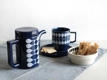 波佐見焼のティーポットは、どこかノスタルジックな模様と対照的にモダンなシルエット。濃い藍色が秋冬には温かく感じられます。