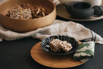 玄米を使ったおこしは香ばしい香りと優しい甘みが特徴。緑茶、ほうじ茶はもちろんコーヒーにも合いそうです。