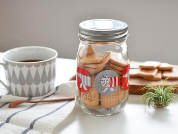 人気のリサ・ラーソンのイラストが描かれた瓶詰めのクッキー。空になったら何を入れようか考えるのも楽しみです。