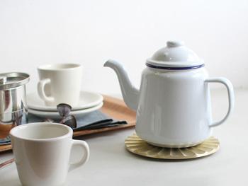 真鍮製の鍋敷きは、アンティークな風合いを増していく一品です。金属のアイテムを合わせると、テーブルが一気に華やぎます。
