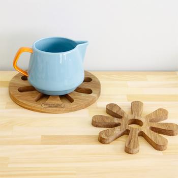 木のぬくもりが伝わって来そうな鍋敷きは入れ子になっています。ポットと急須、揃えてテーブルに置いても。