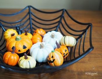 蜘蛛の巣のバスケットにかぼちゃのモチーフをたくさん入れて。寄り添うように笑うかぼちゃが可愛らしい♪
