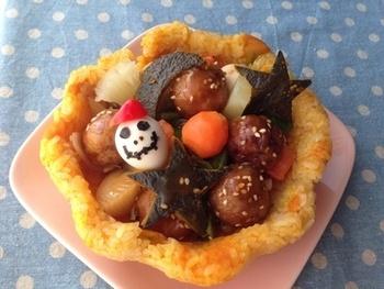 ごはんをオーブンで焼いて型をつくり、中にハロウィンらしいモチーフのおかずをイン!ごはんものもこんな風にアレンジすれば、ケーキのような華やかさでパーティ仕様に。