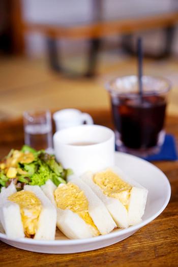 美味しい珈琲と一緒に頼みたいのが、こちらの「たまごサンド」!ふわふわのたまごが挟まれたシンプルなサンドイッチは、創業当時からの人気の一品です。