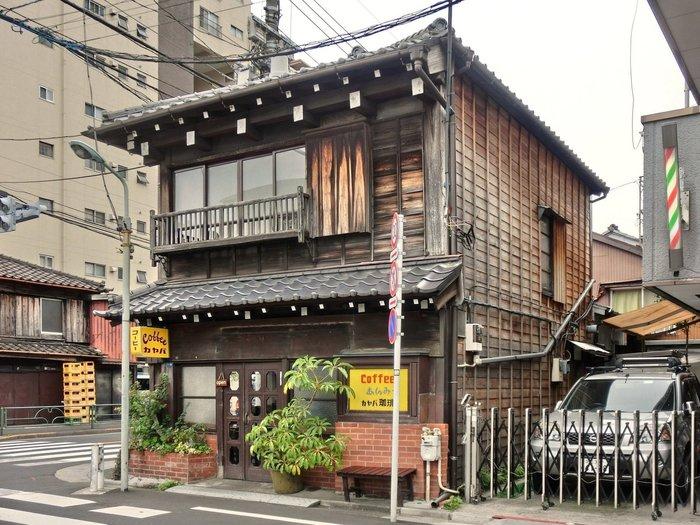 谷根千さんぽのコースに外したくないのが「カヤバ珈琲」。根津駅から徒歩10分のところにあり、大正時代からの雰囲気を纏う外観が印象的です。