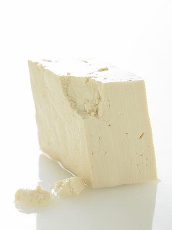 豆腐の「絹」と「木綿」の違いは、まず、その口当たりにあります。水分をたっぷり含み口当たりが滑らかな豆腐が「絹」になります。また、木綿の布を使い、重石をして作られたものが「木綿」になります。固めた後に水分を絞る木綿は、鉄分やカルシウムが水と一緒に流れ出ないため、栄養分も凝縮されています。しかし、絹もまた、木綿に比べ水に流れづらいビタミンやカリウムを多く含むので、絹も木綿も同じように摂取しくのが理想と言えます。