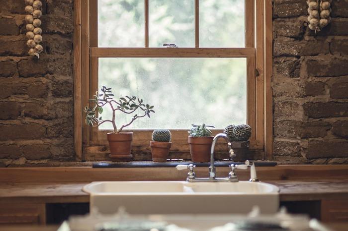 汚れやすく、掃除がついおろそかになりがちな台所。汚れの種類を知ってアルカリ性、酸性と使い分けることを覚えたら、もう怖いものなしです。  掃除のコツは気が付いたときにこまめにすること。ためないこと。油汚れもすぐ拭く、などしておけば簡単に落とせるものです。 毎日少しずつ、が習慣になればいつもピカピカキッチンに近づけることでしょう。